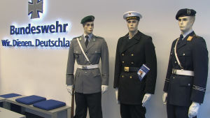 Skyltdockor innanför Bundeswehrs lokal.