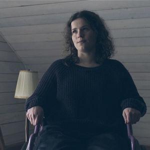 Anita Bäckillä (Li Krook) on synkkä sisin ja hän on sidottu pyörätuoliin.