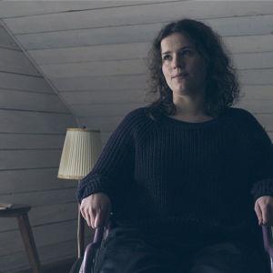 Anita Bäck i sin rullstol i dramaserien Lola uppochner