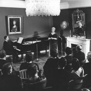 Anita Välkki ja Cyril Szalkiewicz konsertoivat Königstedtin kartanossa Uuden oopperatalon kannatusyhdistyksen hyväksi 1965.