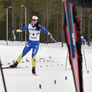 Krista Pärmäkoski åker i mål 4,5 sekunder före Laura Mononen.