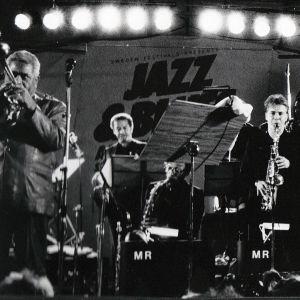 Dizzy Gillesbien jazzorkesteri keikalla, oikealla saksofonisti Jukka Perko soittaa.
