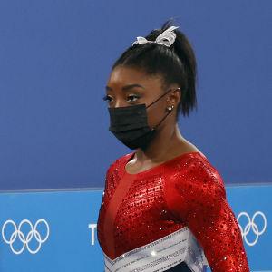Simone Biles på OS-arenan efter att ha hoppat av tävlingen.