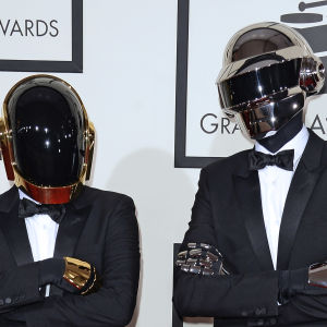 Duon Daft Punk i robothjälmar.