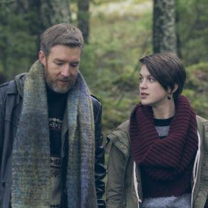 Ib Kavanaug (Geoffrey Newland) ja Ca Bäck (Mimosa Willamo) draamasarjassa Lola ylösalaisin.