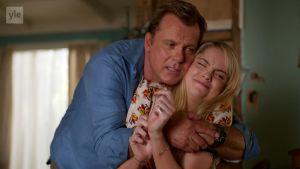 Isä George halaa tytärtään Shayta sarjassa Piikkejä paratiisissa