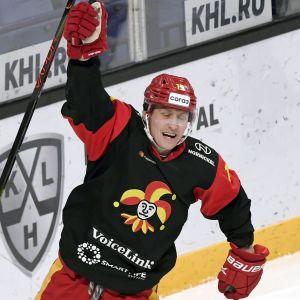 Brian O'Neill och Veli-Matti Savinainen firar mål.
