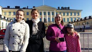 Folk som väntar på kungligheter i Helsingfors