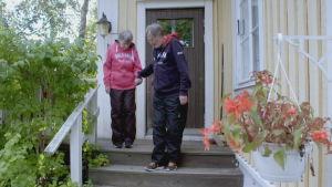 Lefa och Gita Lindgren går ner för trappa