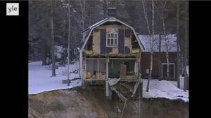 Ett hus vars gavel rasat ner i ett slukhål