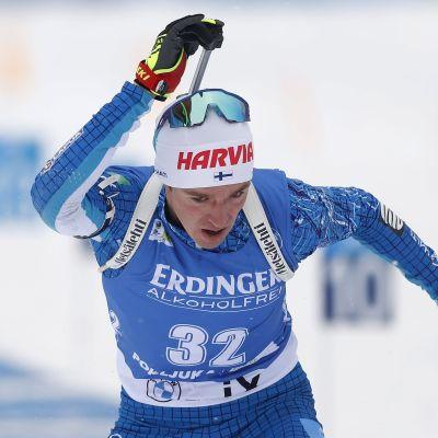 Tero Seppälä rör vid sitt gevär.