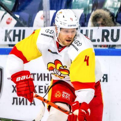 Tommi Kivistö skrinnar med pucken ifrån Dmitri Voronkov.