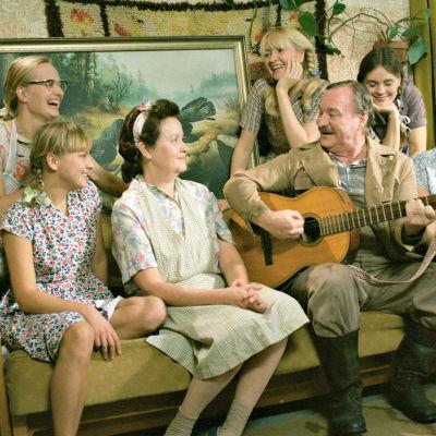 Perhekuva elokuvasta Viisi tytärtäni