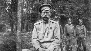 Den abdikreade Nikolaj II sitter på en stubbe