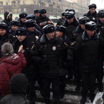 Moskovan poliisi hajotti mielenosoittajien joukon Moskovassa 12. joulukuuta.