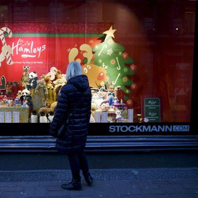 Nainen katseli Stockmannin tavaratalon joulumainontaa Helsingissä keskiviikkona 16. joulukuuta.
