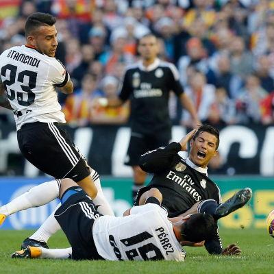 Nicolas Otamendi och Cristiano Ronaldo.