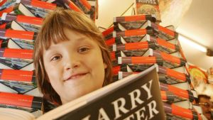 Ett anonymt barn läser Harry Potter