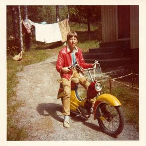 Jan-Erik Andersson teininä moponsa kanssa 60-luvulla