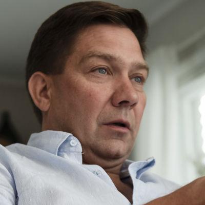 Thomas Blomqvist sitter och gestikulerar.