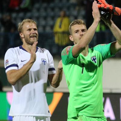 Paulus Arajuuri och Lukas Hradecky tackar publiken.