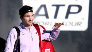 Roger Federer gestikulerar.