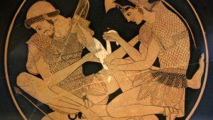 Akhilleus sitomassa Patrokloksen haavaa.