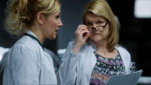 Yleislääkäri (Mari Perankoski) ja ylilääkäri (Jaana Pesonen)