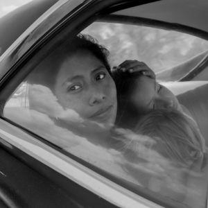 Yalitza Aparicio istuu auton takapenkillä. Kuva elokuvasta Roma (2018).