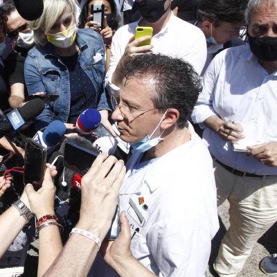 Sabino Scolletta omringad av journalister.