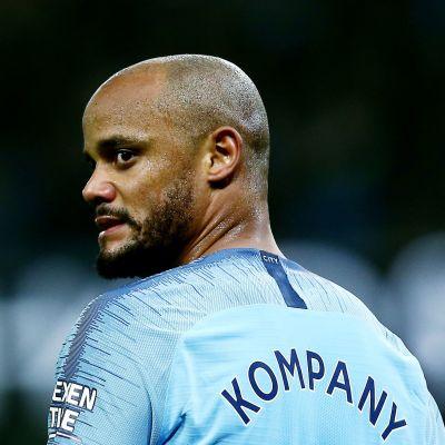 Manchester Citys Vincent Kompany blickar åt sidan.