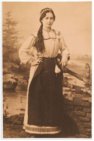 Alma Silventoinen Aino-puvussa vuonna 1906.