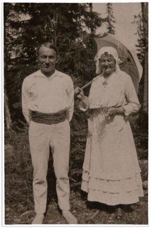 Aarre Merikanto rakkaan Liisa-äidin kanssa kesäisessä yhteiskuvassa.