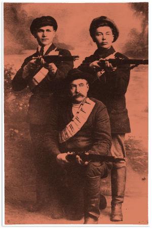 Kolme punakaartilaista aseineen.