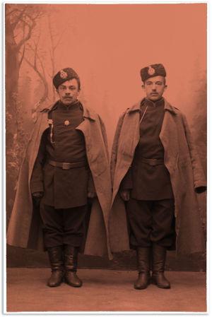 Kaksi venäläistä karvalakkipäistä sotilasta 1907.