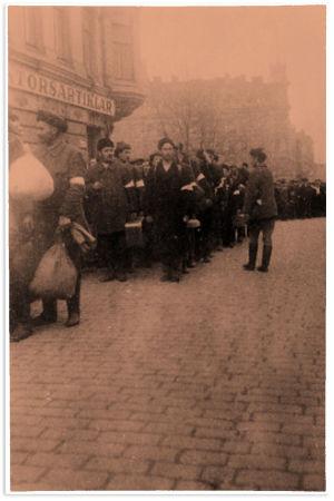 Kruununhaan Ruotsalaiselta reaalilyseolta vapautetut valkoiset vangit marssivat Eteläesplanadi 8:n ja Fabianinkatu 10:n kohdalla kohti Kauppatoria.