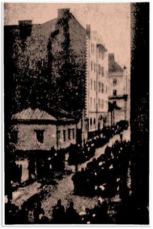 Suttuinen kuva marssivista vapautetuista vangeista Otavan kuvallisen kuukauslehden kevään 1918 numerossa.
