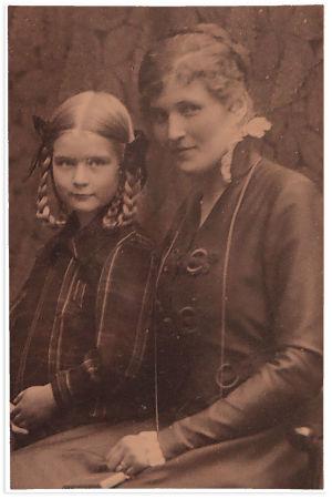Wäinö Solan puoliso Elli vierellään 8-vuotias Pirkko-tytär vuonna 1916.