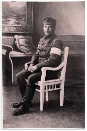 Oulun läänin Pyhäjärvellä syntynyt  vapaaehtoinen krenatööri Juha Eemeli Tossavainen Karjalan kaartista valokuvautti itsensä Viipurissa 1918.