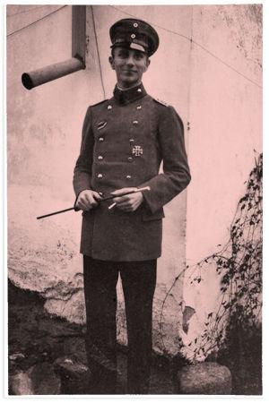Jääkärikapteeni Ulrich von Coler 1916 Latviassa. Kuva liittyy jääkäripataljoona 27:n sotilaskoulutukseen.