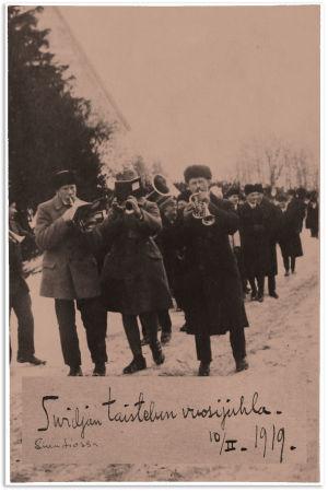Soittokunta Kirkkonummen taisteluiden vuosijuhlassa 19.2.1919.