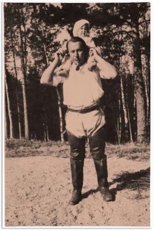 Aarre Merikanto pieni Anja-tytär harteillaan kesällä 1921.
