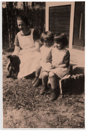 Aarre Merikannon 1. puoliso Meri Merikanto sekä tyttäret Anja ja Arma noin kesällä 1925.