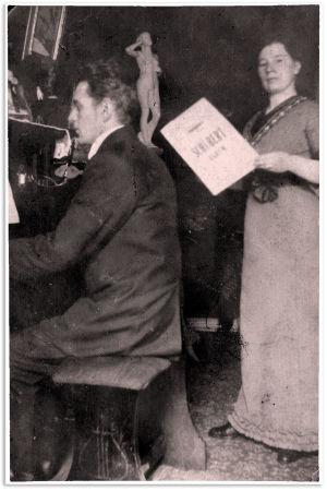 Knut ja Ida Maria Kangas harrastivat yhdessä musiikkia. Kuvassa vuodelta 1914 Ida Marialla on kädessään Schubertin nuottivihko.