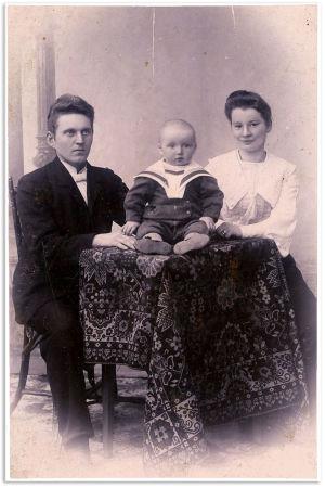 Knut ja Ida Maria Kangas pienen poikansa Einarin kanssa.