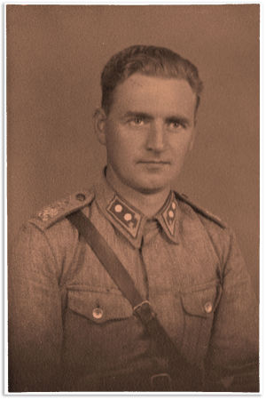 Einari Kangas sotilaspuvussa.
