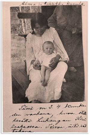 Nelikuinen Sinikka Alma Kuulan sylissä Luhangassa kesällä 1917.