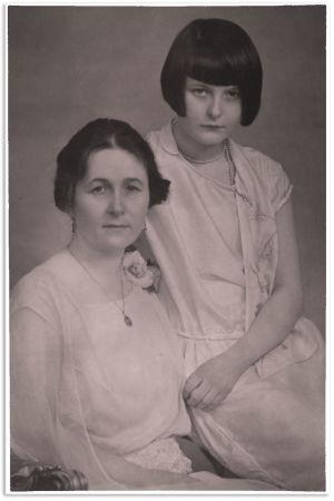 Alma ja Sinikka Kuula 1930.