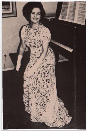 Pianotaiteilija Sinikka Kuula-Marttinen äitinsä ensikonserttipuvussa.