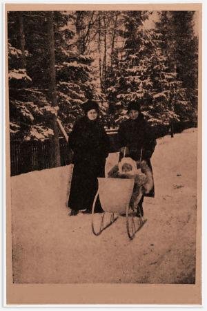 Pikku Sinikka talvisella ulkoiluretkellä Säiniöllä todennäköisesti talvella 1918. Mukana Alma-äiti ja ehkä kotiapulainen Helmi.